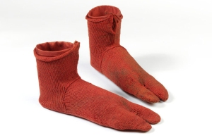 Nalbinded socks originally thought to be knitting. Can you tell the difference? Circa 250 – 420 AD (Victoria & Albert Museum)
